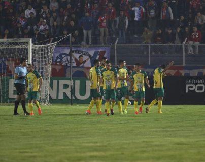 Luis Martínez abrió el marcador para Guastatoya en el juego de la fecha 9. (Foto Prensa Libre: Raúl Juárez)