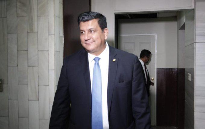 El diputado Estuardo Galdámez sale de la audiencia en la que presentó pruebas de descargo ante juez pesquisidor. (Foto Prensa Libre: Noé Medina)