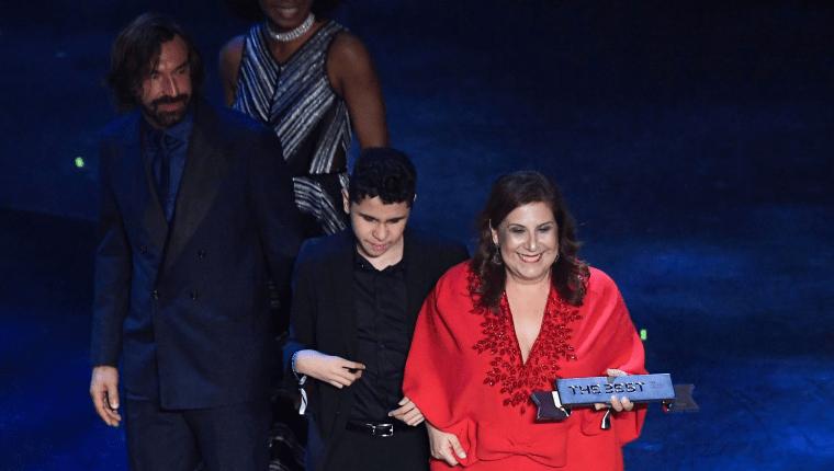 Silvia Grecco al momento de recibir el premio The Best junto a su hijo Nickollas. (Foto Prensa Libre: AFP)