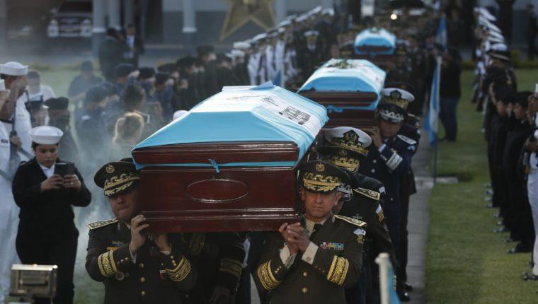 Luego de ser trasladados los cuerpos de los soldados caídos en El Estor Izabal, las honras fúnebres se llevaron a cabo en el Ministerio de la Defensa. Fotografía de Prensa Libre: Esbin García