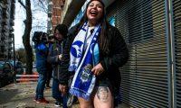 AME4001. LA PLATA (ARGENTINA), 06/09/2019.- Hinchas de Gimnasia y Esgrima de La Plata hacen fila para asociarse al club tras la expectación que ha producido el fichaje de Diego Armando Maradona como entrenador, este viernes en La Plata (Argentina). EFE/DEMIAN ALDAY