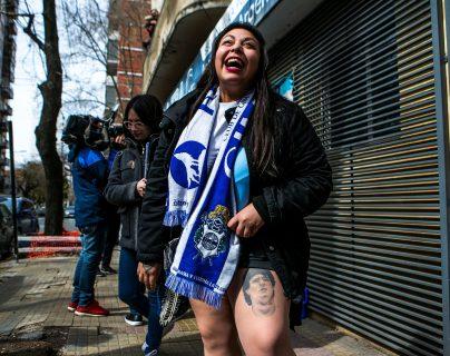 Aficionados de Gimnasia y Esgrima de La Plata hacen fila para asociarse al club tras la expectación que ha producido el fichaje de Diego Armando Maradona como entrenador. (Foto Prensa Libre: EFE)