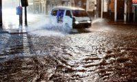 Intensa lluvia en la ciudad de Guatemala provoca inundaciones en la 12 calle y 9 avenida de la 1 y la caída de un árbol en el bulevar el Naranjo de Mixco.  Fotografía: Paulo Raquec   29/04/2015