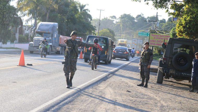 Elementos del Ejército realizan operativos en Puerto Barrios, ingreso a Izabal. (Foto, Prensa Libre: Dony Stewart).