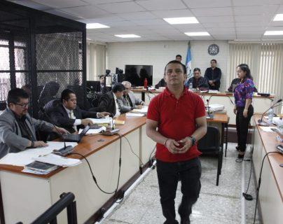 """El exagente de la PNC Miguel Silvano Gómez Toma regresa a su silla luego de exponer ante el juez su """"inocencia"""" en los crímenes. (Foto Prensa Libre: Noé Medina)"""