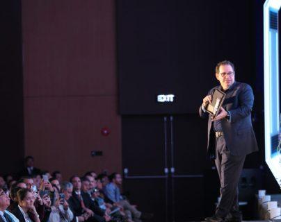 Kevin Mitnick, famoso hacker demostró las diferentes maneras en como los dispositivos electrónicos son vulnerables a ataques. (Foto Prensa Libre: Norvin Mendoza)