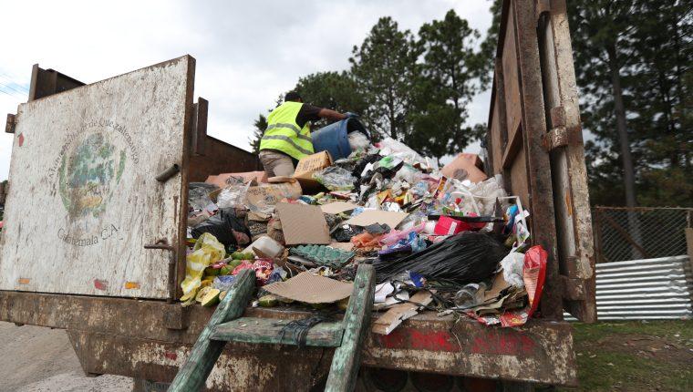 Empleados temporales recolectan la basura  de Cefemerq y de las calles que son utilizadas por los desfiles de Xelafer 2019. (Foto Prensa Libre: María Longo)