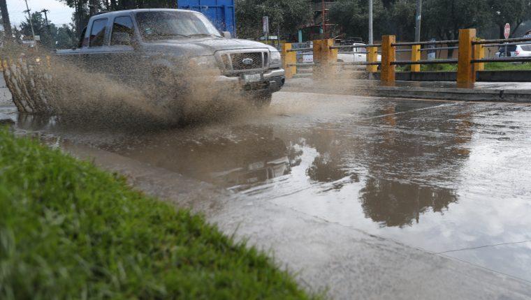 La lluvia del fin de semana provocó acumulación de agua en el viaducto de Avenida Las Américas. (Foto Prensa Libre: María Longo)