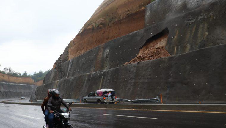 Automovilistas reportaron los daños este domingo 22 de septiembre.(Foto Prensa Libre: Víctor Chamalé)