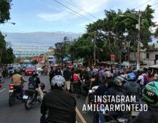 Vecinos impiden paso de vehículos en la colonia El Limón, zona 18. (Foto Prensa Libre: Amílcar Montejo).