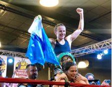 """La boxeadora María Micheo celebra su victoria ante la mexicana Cinthia """"Tormenta"""" Martínez. (Foto Prensa Libre: @nalfaro4)."""