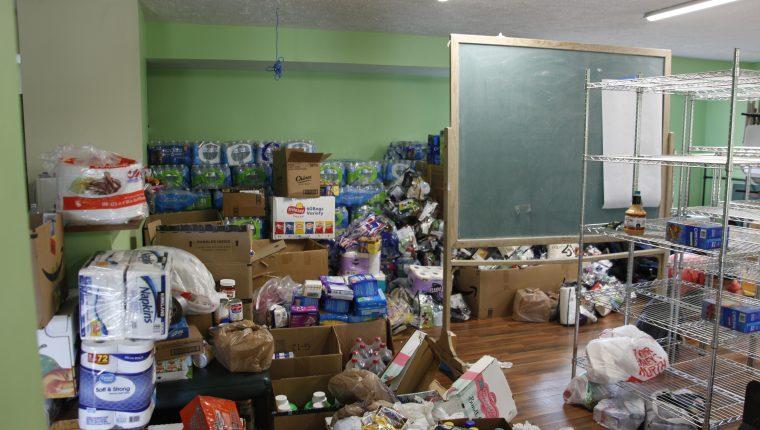 El salón parroquial de la iglesia de Carthage, Misisipi, se ha llenado de ayuda humanitaria para los migrantes, que han aportado tanto hispanos como estadounidenses. (Foto Prensa Libre: Sergio Morales)
