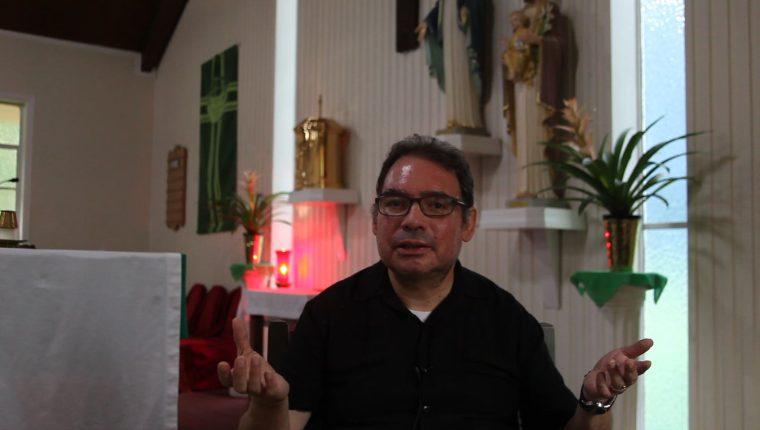 El sacerdote guatemalteco Roberto Mena, párroco de la iglesia San Miguel, en Forest, Misisipi, otra de las ciudades fuertemente golpeadas por las redadas de migrantes. (Foto Prensa Libre: Sergio Morales)