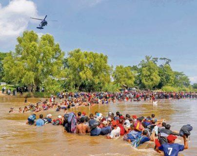 El 1 de marzo último migrantes hondureños cruzaron a pie el río Suchiate desde Guatemala. (Foto Prensa Libre: Hemeroteca PL)
