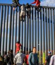 Decenas de migrantes intentan ingresar a Estados Unidos desde la zona de Playas Tijuana. (Foto Prensa Libre EFE)