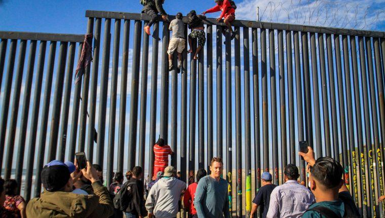 Decenas de migrantes intentan ingresar a Estados Unidos desde la zona de Playas Tijuana. (Foto Prensa Libre: Hemeroteca PL)
