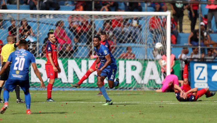 Mitchell (de azul al centro) anotó un golazo en el juego contra Municipal el sábado pasado, en el estadio de El Trébol. (Foto Prensa Libre: Carlos Vicente)