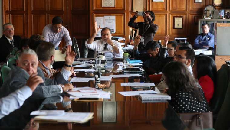 Nueve integrantes del Concejo votaron a favor de comprar los camiones y cinco concejales votaron en contra. (Foto Prensa Libre: Mynor Toc)