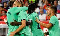 GRAF7126. SEVILLA, 22/09/2019.- El delantero francés del Real Madrid Karim Benzema celebra su gol, primero del equipo ante el Sevilla FC, en el partido de la quinta jornada de LaLiga Santander que se disputa hoy domingo en el estadio Sánchez-Pizjúan, en Sevilla. EFE/Raúl Caro Cadenas