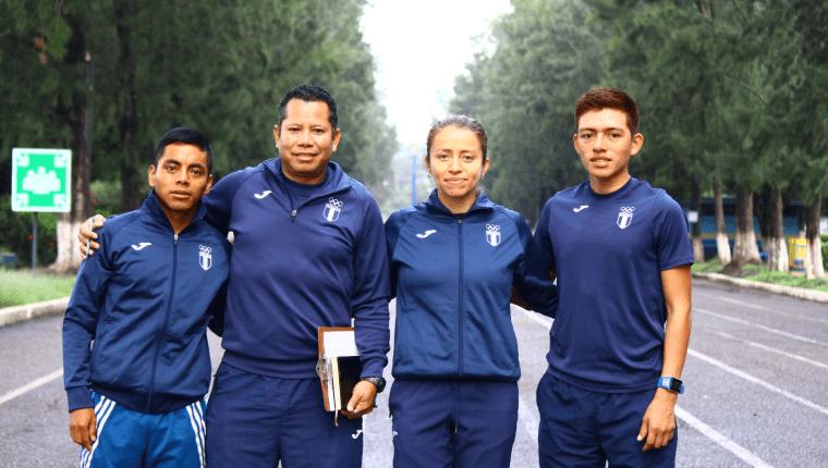 José Raymundo, Julio Urías —entrenador—, Mayra Herrera y José Alejandro Barrondo, previo a viajar a Qatar para el Mundial de Atletismo. (Foto Prensa Libre: Luis López)