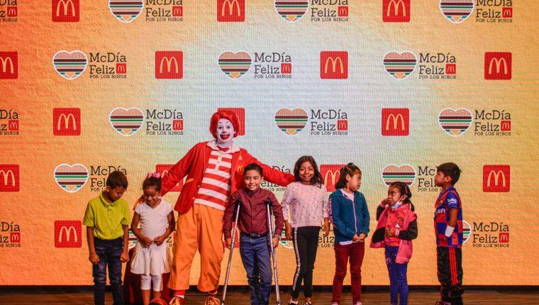 La venta tradicional del Big Mac durante el McDía Feliz ha logrado apoyar a la niñez en diferentes organizaciones.  (Foto Prensa Libre: McDonalds Guatemala.