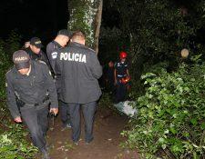 Bomberos, agentes de la PNC y vecinos participaron en la búsqueda de Juana Leticia Pirir Pablo, de 34 años, y su hijo, Carlos Pirir Tubac, 12. (Foto Prensa Libre: Víctor Chamalé)