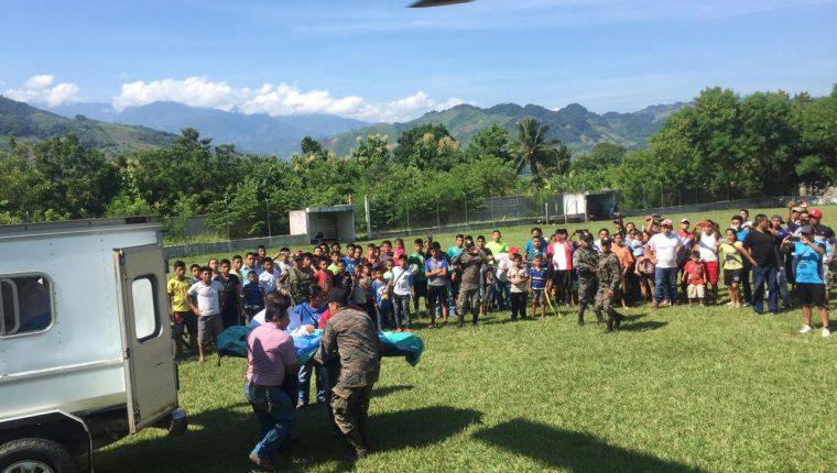 Tarea de rescate de los cuerpos de los tres soldados en la aldea Semuy 2, Izabal. (Foto Prensa Libre: Hemeroteca PL)