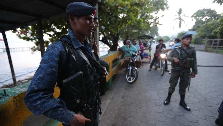Fuerzas de seguridad son desplegadas en el El Estor, Izabal, luego de decretarse estado de Sitio. (Foto Prensa Libre: Erick Avila)