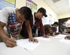 La mayoría de candidatos que están llenando el formulario de inscripción para el Programa de Migración Laboral son hombres entre 18 y 30 años con experiencia en el sector agrícola. (Foto Prensa Libre: Esbin García)