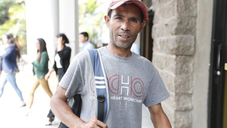 Pablo Roberto González, trabajó varios años en Miami, Estados Unidos, pintando barcos, pero regresó a Guatemala para cuidar a su padre. (Foto Prensa Libre: Esbin García)