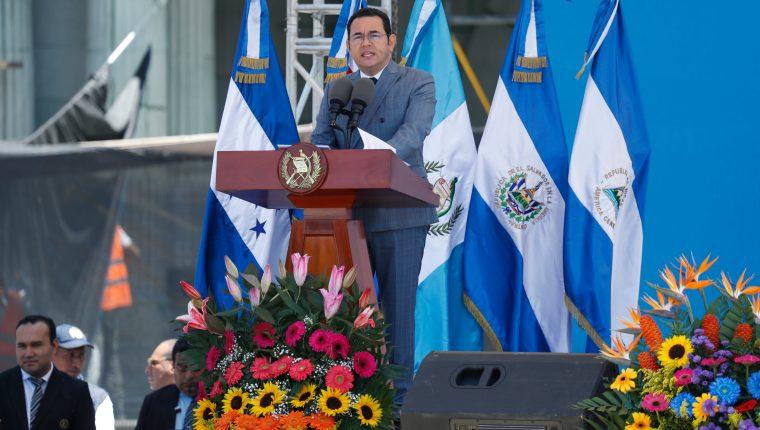 Jimmy Morales, durante la el encendido del fuego patrio, en la Plaza de la Constitución. (Foto Prensa Libre: Esbin García)