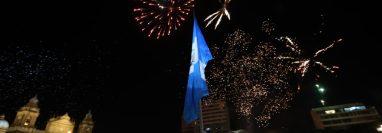 Fuegos artificiales se observan en la Plaza Central, por las fiestas de independencia. Fotografía Prensa Libre: Érick Ávila.