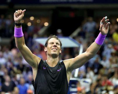 Rafael Nadal festeja después de haber vencido al ruso Daniil Medvedev, en la final del US Open. (Foto Prensa Libre: AFP).