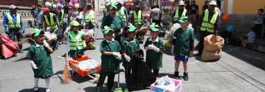 Los niños se unieron a los encargados de recolectar la basura. (Foto Prensa Libre: María Longo)