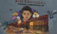 """Mural """"Humanity over hate"""", realizado por la artista mexicana Lucinda Yrene, en la necesidad de anteponer la humanidad sobre el odio. (Foto Prensa Libre EFE)"""