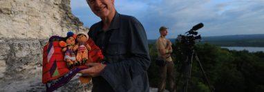 Nigel Marven muestra artesanías guatemaltecas durante su grabación en Petén. (Foto Prensa Libre: Cortesía Inguat).