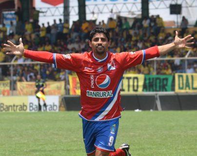 Israel Silva Matos, posee dos récords en el futbol nacional. Máximo goleador extranjero con 179 y máximo goleador de Xelajú con 149. (Foto Prensa Libre: Hemeroteca PL)