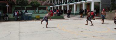 El Primer Campeonato de Chaaj, Juego de Pelota Maya, en Quetzaltenango se realizó en el INEBOA. (Foto Prensa Libre: María Longo)