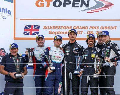 Andrés Lush Saravia y Fran Rueda en el podio, tras finalizar segundos en Silvertone. (Foto Cortesía).