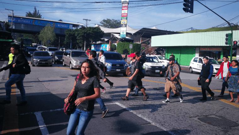 Personas caminan en la 5a. avenida y 18 calle de la zona 1, una de las que más robos a peatones registra. (Foto Prensa Libre: Hemeroteca PL)