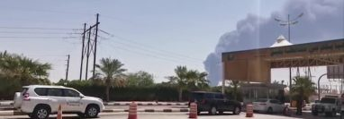 La imagen muestra el humo que se eleva desde una instalación petrolera de Aramco en Abqaiq, a unos 60 km (37 millas) al suroeste de Dhahran, en la provincia oriental de Arabia Saudita luego de los ataques con aviones no tripulados o drones.  (Foto, Prensa Libre: AFP).