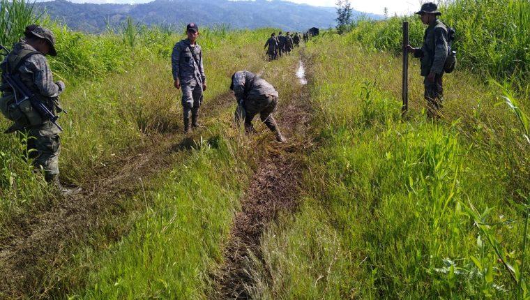 Elementos castrenses utilizaron explosivos para inhabilitar tres pistas clandestinas.(Foto Prensa Libre: cortesía)