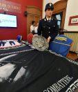 Policía muestra parte de lo incautado en Turín, Italia. (Foto Prensa Libre: EFE)
