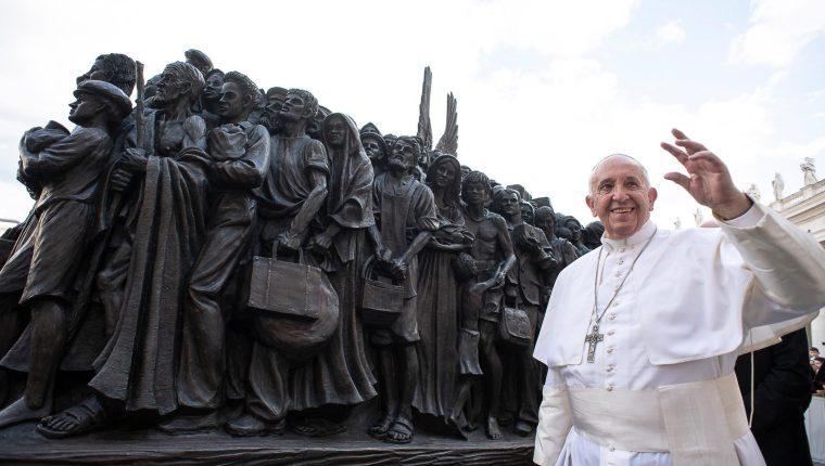 El papa Francisco desveló un monumento a los migrantes en el Vaticano. (Foto Prensa Libre: EFE)