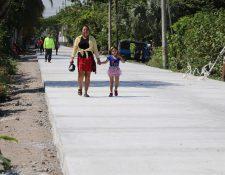 La calle es de concreto y tiene un grosor de 20 centímetros para que soporte el paso de vehículos pesados. (Foto Prensa Libre: Carlos Paredes)