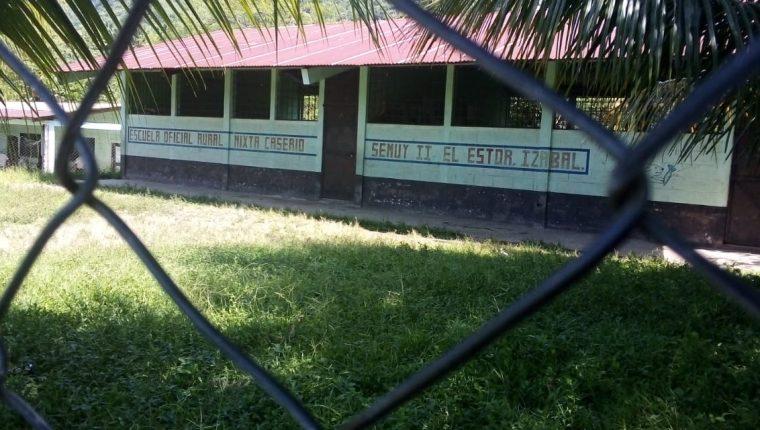 Escuela de Semuy 2, la comunidad de El Estor, Izabal, donde tres soldados fueron ejecutados. (Foto Prensa Libre: Dony Stewart)