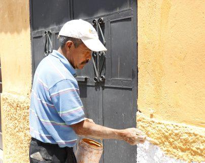 Un vecino aplica en un inmueble uno de los colores autorizados por el CNPAG. (Foto Prensa Libre: Julio Sicán)