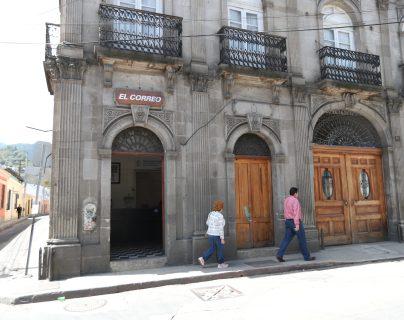El antiguo edificio de correos y telégrafos de Quetzaltenango está abierto para entregar correspondencia y encomiendas así como para recibir a clientes nuevos. (Fotos Prensa Libre: María Longo)