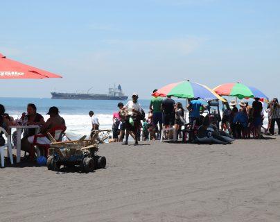 Con la llegada de excursiones por el traslado de antorchas la actividad económica en Puerto San José se favorece. (Foto Prensa Libre: Carlos Paredes)