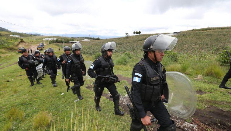 Gobernación desplegó más de cien agentes de las fuerzas especiales de la Policía en el área en conflicto. (Foto Prensa Libre: Mynor Toc)